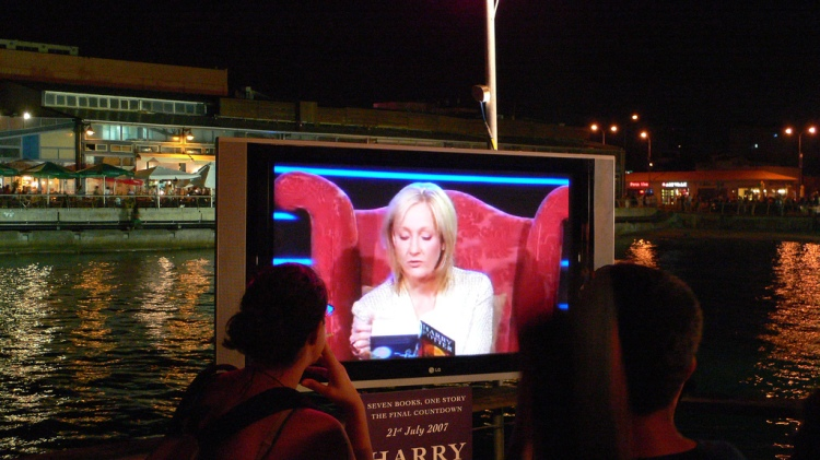 JK Rowling live, reading the first pages of Harry Potter: The Deathly Hallows License     Attribution Some rights reserved by Ran Yaniv Hartstein
